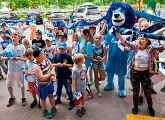 Club Good Deeds: The Zenit lion visits kids at their summer camps