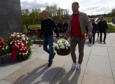 The players pay their respects to the victims of World War II on the eve of Victory Day